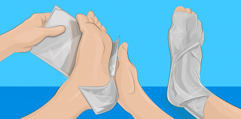 Wrap your feet in aluminum foil and a few hours later you will have this result! This is genius!
